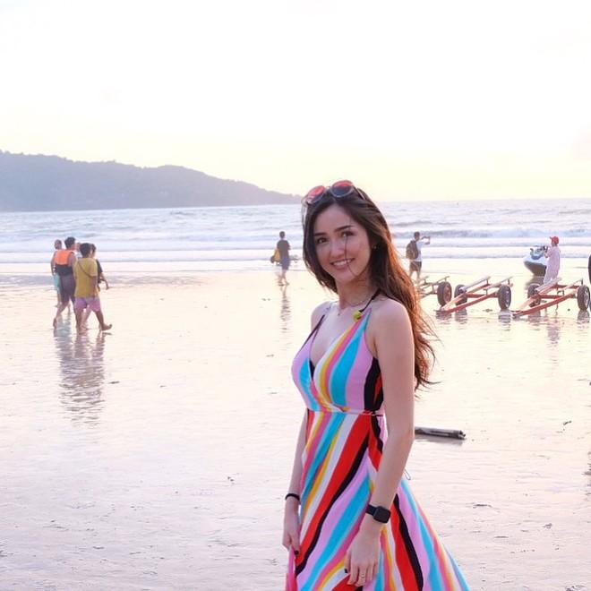 """Nhan sắc và phong cách thời trang của Hoa hậu Hoàn vũ Indonesia 2018 được coi là """"chị em sinh đôi"""" của Bích Phương - Ảnh 13."""