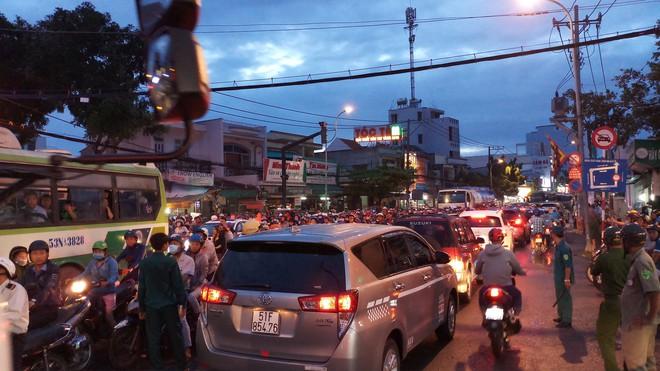 Va chạm với xe tải, thanh niên tử vong, cầu Phú Xuân ùn ứ kéo dài - Ảnh 1.