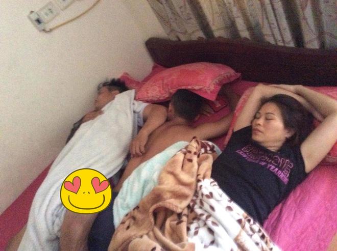 Thanh niên gần 30 tuổi hạnh phúc khi nằm ngủ giữa bố mẹ để được xoa đầu, gãi lưng khiến nhiều người bật cười - Ảnh 2.
