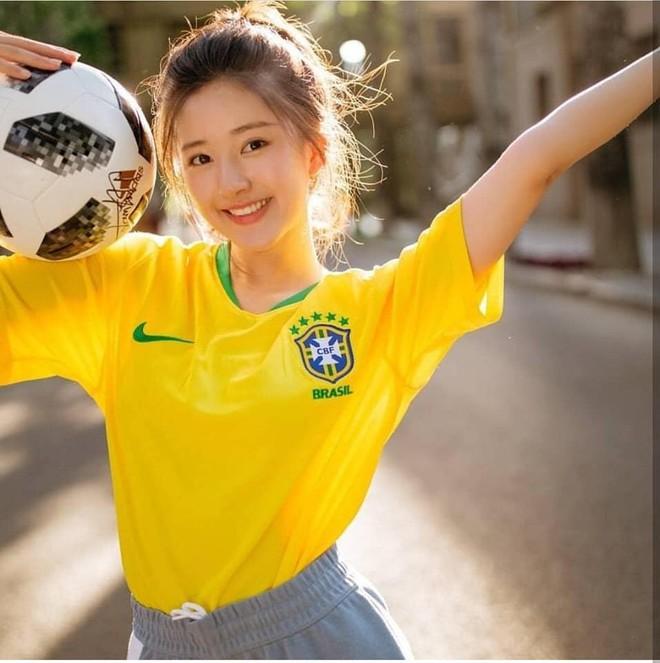 Khoác áo đội tuyển nào đội đó đều rời khỏi World Cup, hot girl này vẫn được yêu vì quá xinh đẹp - Ảnh 1.
