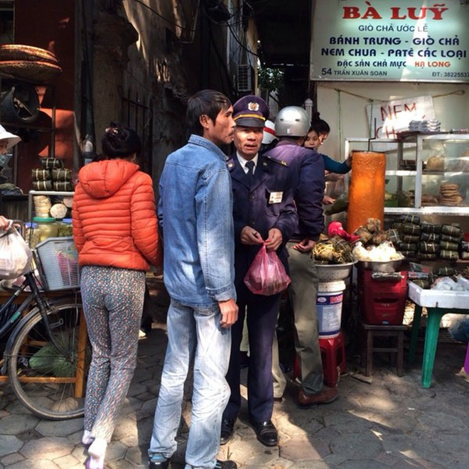 Những địa chỉ mua giò chả, bánh chưng từ thời ông bà ở Hà Nội mà Tết năm nào khách cũng xếp hàng ùn ùn - Ảnh 10.