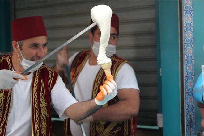 Ở Thổ Nhĩ Kỳ có một loại kem phải dùng đến dao để chặt thì mới lấy kem ăn được - Ảnh 8.