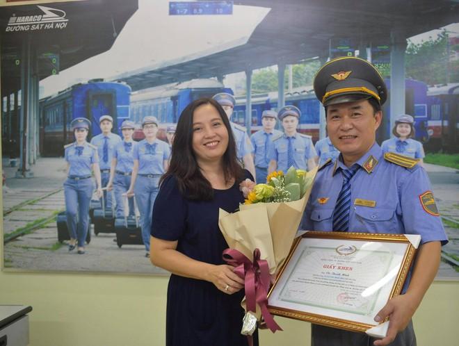 Khen thưởng nhân viên và tổ tàu trả lại hơn 100 triệu cho hành khách bỏ quên - Ảnh 2.