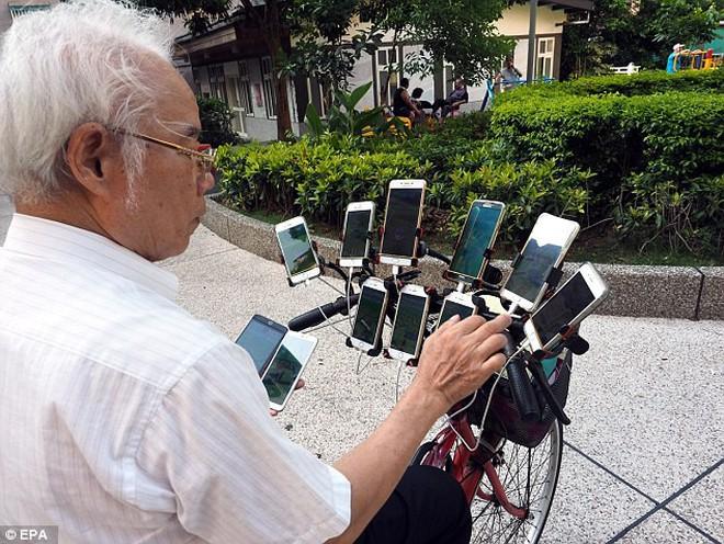 Ngã mũ trước cụ già 70 tuổi đạp xe chở 11 smartphone chỉ để đi bắt Pokemon