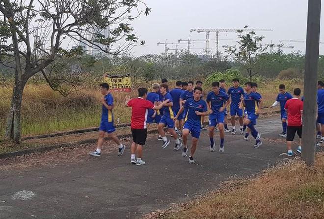 Bị đổi lịch, Olympic Việt Nam luyện công trong... nhà máy - Ảnh 1.