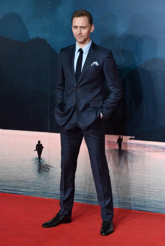 Người ta nói mỗi lần Tom Hiddleston mặc vest thì giơ tay bừa lên chụp cũng có ảnh tiêu chuẩn tạp chí.