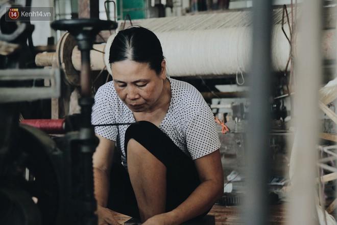 Người phụ nữ Hà Nội đầu tiên dệt lụa từ tơ sen: 4.800 cuống sen cho một chiếc khăn quàng cổ dài 1,7 mét - Ảnh 18.