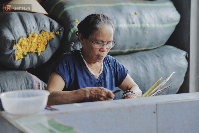 Người phụ nữ Hà Nội đầu tiên dệt lụa từ tơ sen: 4.800 cuống sen cho một chiếc khăn quàng cổ dài 1,7 mét - Ảnh 2.
