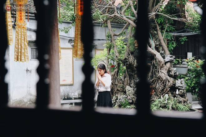 Nhiều bạn trẻ tới chùa Hà cầu tình duyên, cầu bình an.