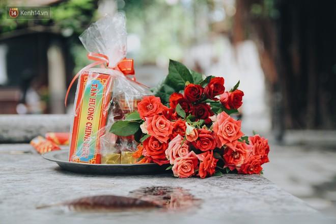 Tương truyền, hoa hồng sẽ được đặt lại chùa sau khi làm lễ.