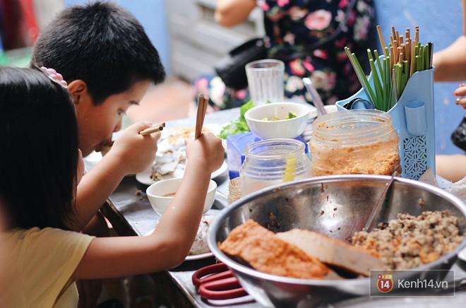 Có một hàng bánh cuốn chỉ 10k/suất đã tồn tại 40 năm giữa Hà Nội mà chưa hề tăng giá - Ảnh 5.
