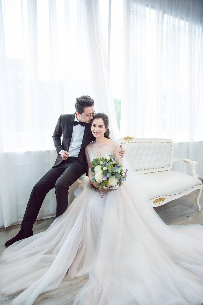 Vợ chồng Lâm Vỹ Dạ - Hứa Minh Đạt cưới lại từ đầu sau 8 năm chung sống hạnh phúc - Ảnh 1.