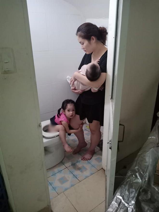 Mẹ trẻ đánh vật với 2 con nhỏ, hạnh phúc sau mỗi ngày sập nguồn là giây phút thấy chồng đi làm về - Ảnh 2.