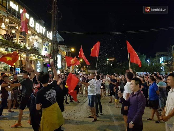 Việt Nam chiến thắng, hàng triệu người nhuộm đỏ đường phố, CĐV quá khích đốt pháo sáng - Ảnh 10.