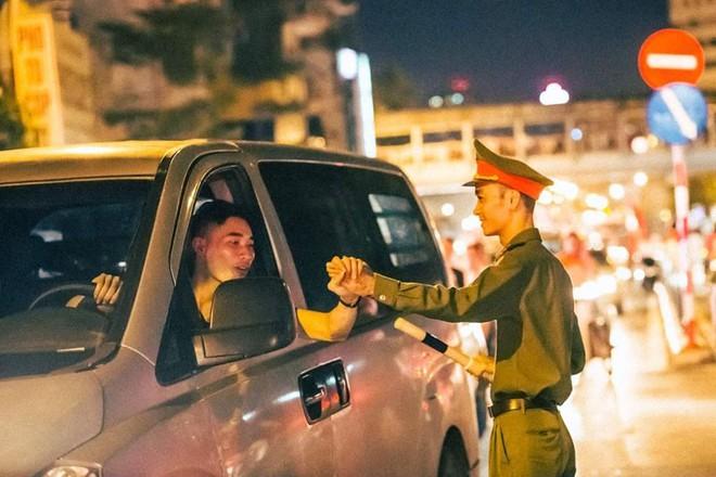 Những cái bắt tay, đập tay đầy khí thế - Ảnh: FB