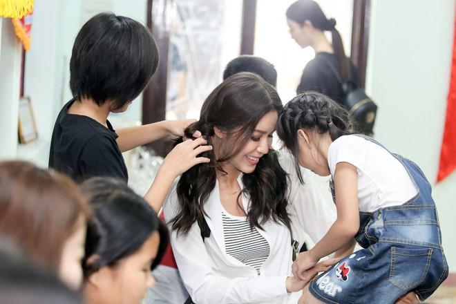 Minh Tú cùng dàn thí sinh Miss Supranational Vietnam hạnh phúc khi nhận được nhiều tình cảm của trẻ em làng SOS - Ảnh 8.