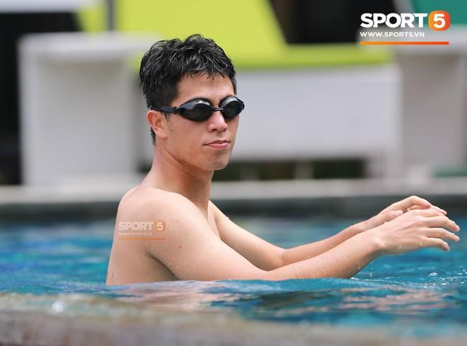 """Olympic Việt Nam khoe """"múi"""" tại bể bơi trước trận đấu với UAE - ảnh"""