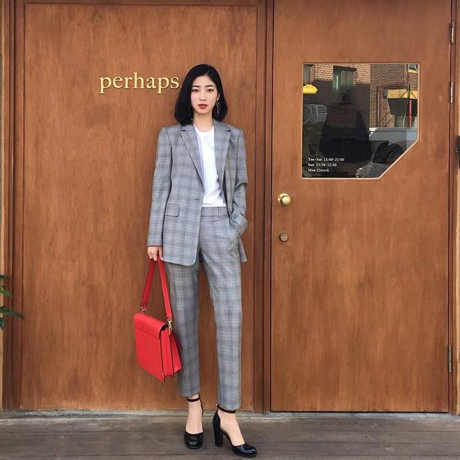 4 công thức diện đồ kinh điển nhưng không hề nhàm chán giúp các nàng công sở mặc đẹp suốt cả mùa thu năm nay - Ảnh 4.