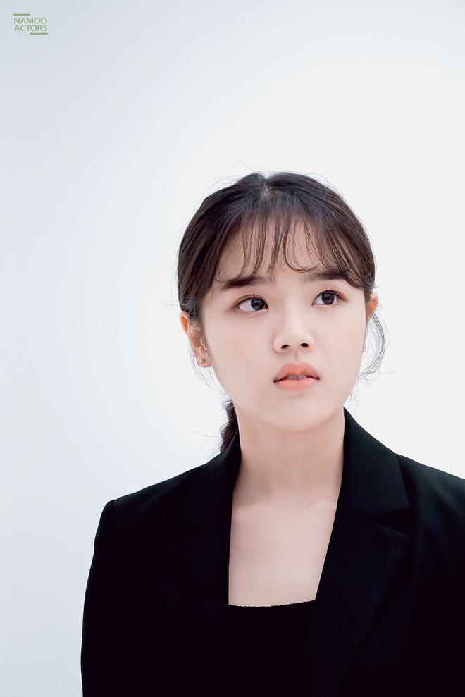 Vẻ trưởng thành khá lạ lẫm của Kim Hyang Gi khi sánh vai bên các tài tử đình đám.