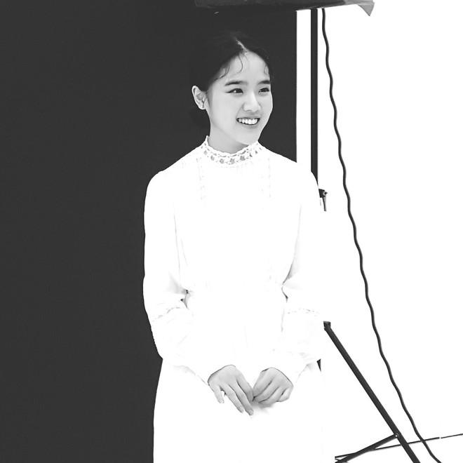 Những khoảnh khắc gây thương nhớ khác của nàng Deokchoon dễ thương ở hậu trường chụp họa báo.