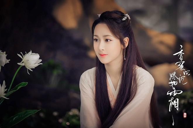 Là công chúa xứ hoa, Cẩm Mịch lí lắc, đáng yêu, lanh lợi thường khoác lên mình những bộ cánh đơn sắc thướt tha, tông màu ngọt ngào.