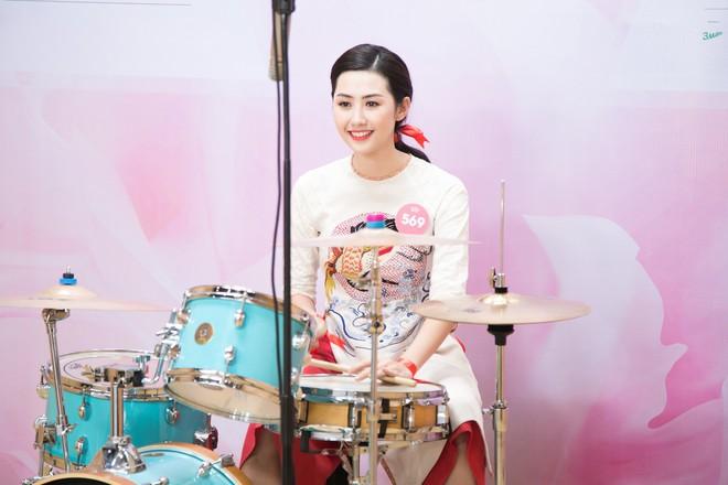Vợ chồng Cẩm Ly bất ngờ xuất hiện tại vòng sơ khảo tài năng của thí sinh Hoa hậu Việt Nam 2018 - Ảnh 3.