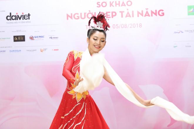 Vợ chồng Cẩm Ly bất ngờ xuất hiện tại vòng sơ khảo tài năng của thí sinh Hoa hậu Việt Nam 2018 - Ảnh 8.