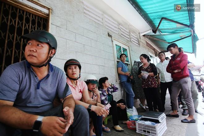 Dù rất sốt ruột nhưng hàng chục người vẫn ngồi dưới cái nóng Sài Gòn để chờ mua được cua hấp