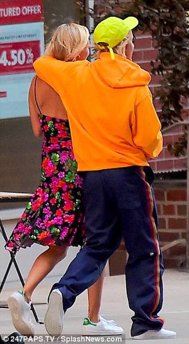 Justin Bieber nắm tay Hailey Baldwin tung tăng băng qua đường siêu lãng mạn, đáng yêu 3