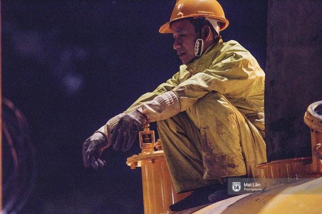 Chùm ảnh: Hà Nội giá rét 10 độ, một chiếc thùng carton hay manh áo mưa cũng khiến người lao động nghèo ấm hơn - Ảnh 23.