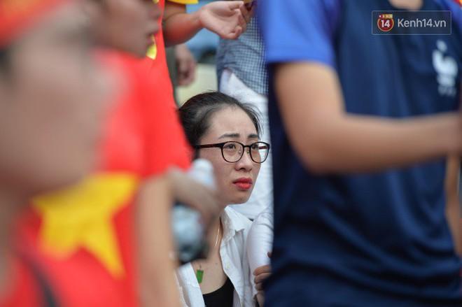 Ảnh: Người hâm mộ thẫn thờ, ôm mặt khóc nức nở khi Olympic Việt Nam vuột mất HCĐ ASIAD một cách đáng tiếc sau loạt đá luân lưu - Ảnh 4.