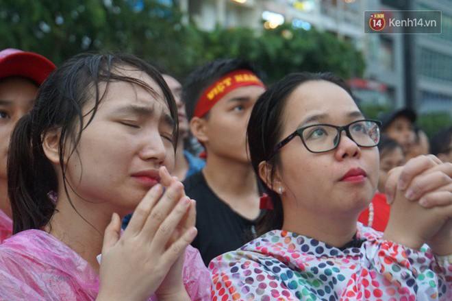 Ảnh: Người hâm mộ thẫn thờ, ôm mặt khóc nức nở khi Olympic Việt Nam vuột mất HCĐ ASIAD một cách đáng tiếc sau loạt đá luân lưu - Ảnh 13.