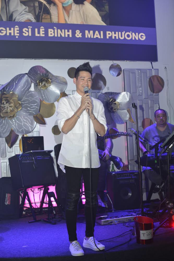Phùng Ngọc Huy hết lòng biểu diễn trong đêm nhạc ủng hộ Mai Phương ở Mỹ Phùng Ngọc Huy hết lòng biểu diễn trong đêm nhạc ủng hộ Mai Phương ở Mỹ