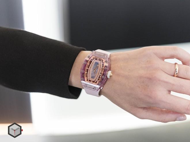 Chỉ trong 1 ngày: sáng còn choáng váng với đồng hồ 28 tỷ của Lý Nhã Kỳ, chiều lại xuýt xoa với đồng hồ chục ngàn đô của Ngọc Trinh 3