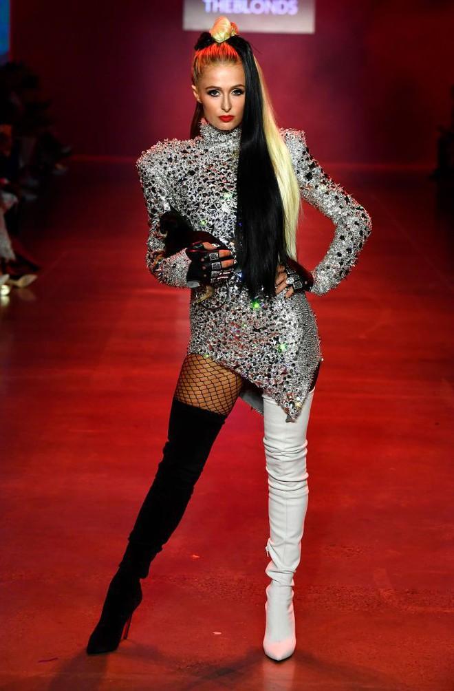 Màn trình diễn catwalk thót tim nhất NYFW: người mẫu vừa đi vừa nhảy giật đùng đùng rồi bất thình lình ngã xuống 1