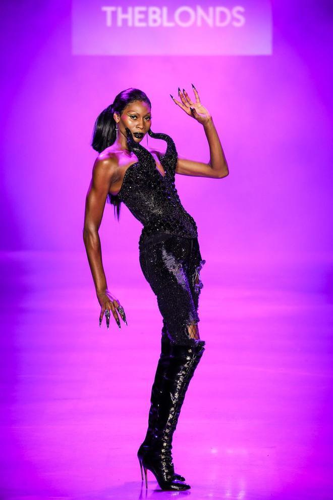 Màn trình diễn catwalk thót tim nhất NYFW: người mẫu vừa đi vừa nhảy giật đùng đùng rồi bất thình lình ngã xuống 4