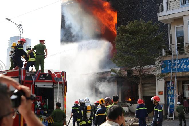 Vũ trường nổi tiếng ở trung tâm Đà Nẵng cháy dữ dội, người dân được sơ tán khỏi hiện trường 3