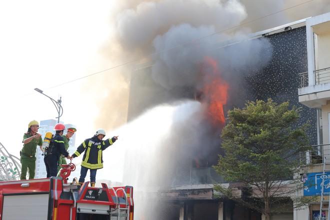 Vũ trường nổi tiếng ở trung tâm Đà Nẵng cháy dữ dội, người dân được sơ tán khỏi hiện trường 1