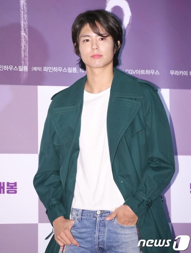 Park Bo Gum vớt lại 10 phần dung nhan nhờ... cắt tóc - ảnh