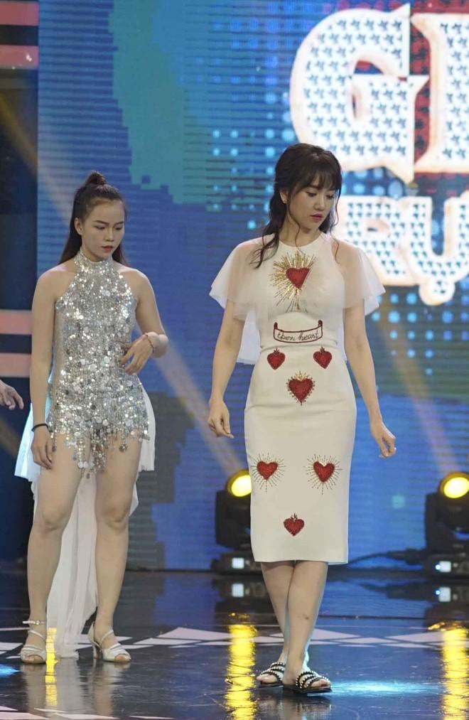 Hari Won đi dép lê tập hát, nhảy hit Roly Poly của T-ara - Ảnh 1.