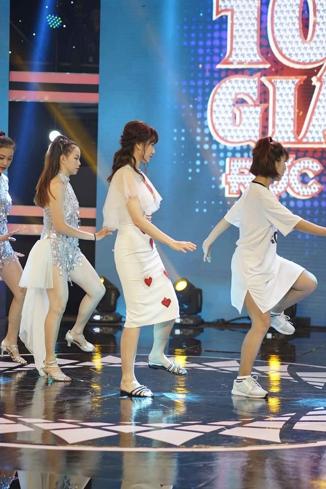 Hari Won đi dép lê tập hát, nhảy hit Roly Poly của T-ara - Ảnh 2.