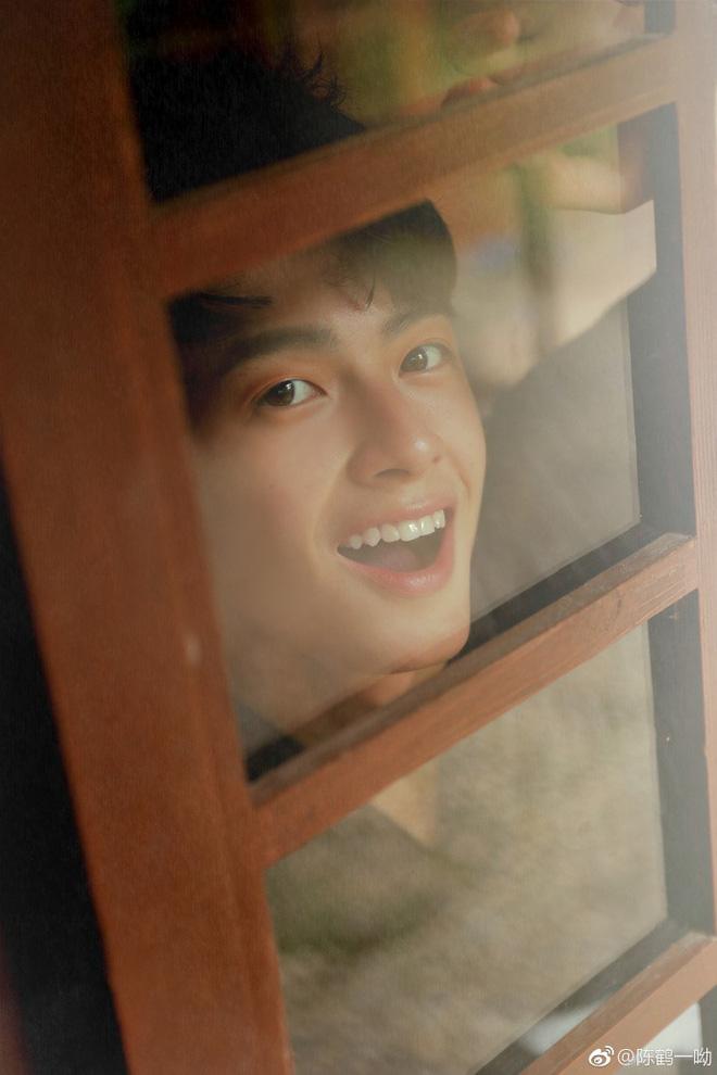 Rung rinh trước gương mặt trẻ thơ của hot boy Trung Quốc sinh năm 1999 đang nổi như cồn trên MXH Việt - Ảnh 1.