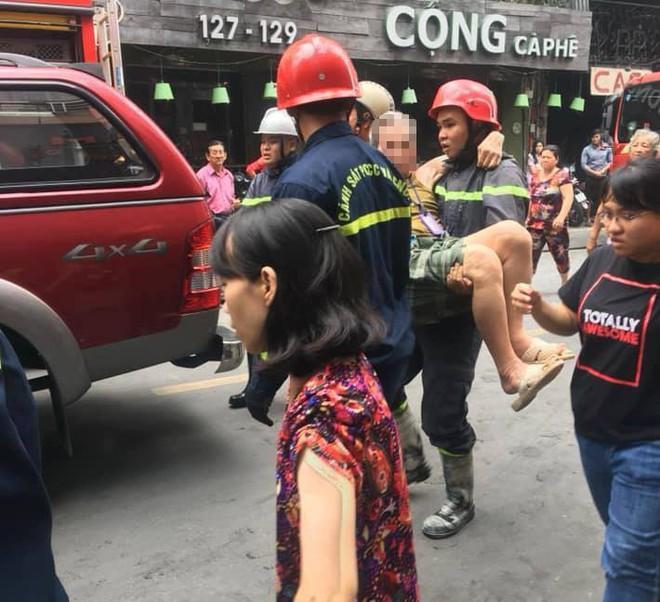 Giải cứu cặp vợ chồng mắc kẹt trong đám cháy tại căn nhà 4 tầng trên phố Tây - Ảnh 2.