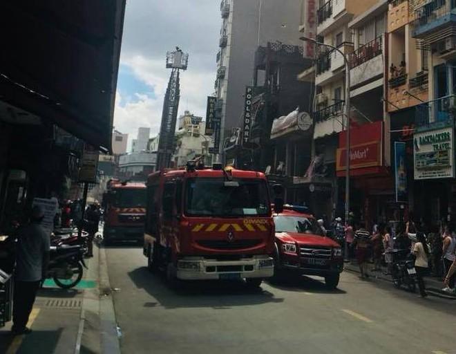 Giải cứu cặp vợ chồng mắc kẹt trong đám cháy tại căn nhà 4 tầng trên phố Tây - Ảnh 1.