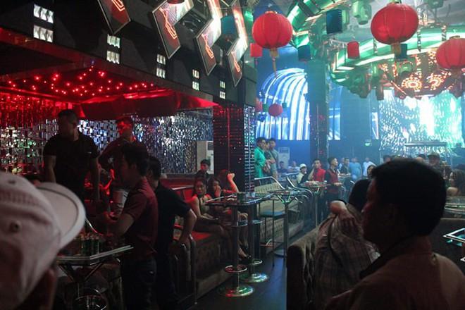 Phát hiện hàng chục nam thanh nữ tú bay lắc theo tiếng nhạc chát chúa trong quán bar ở Sài Gòn - Ảnh 1.