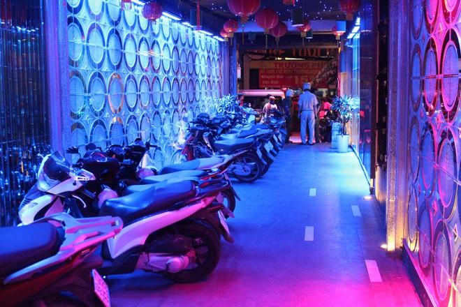 Phát hiện hàng chục nam thanh nữ tú bay lắc theo tiếng nhạc chát chúa trong quán bar ở Sài Gòn - Ảnh 3.