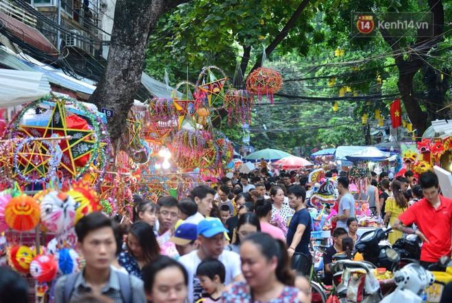 Ảnh: Chợ Trung thu truyền thống Hà Nội đông đúc ngày cuối tuần - Ảnh 1.