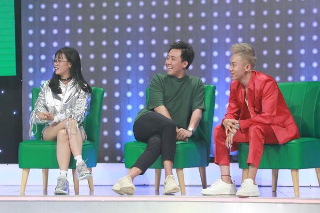 Giọng ải giọng ai: Hương Giang giữ vững thần thái Hoa hậu khi song ca với thí sinh thảm họa - Ảnh 1.