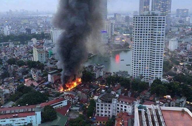 Nóng: Cháy lan kinh hoàng cả dãy trọ gần viện Nhi ở Hà Nội, nhiều người ôm mặt khóc nức nở - Ảnh 5.