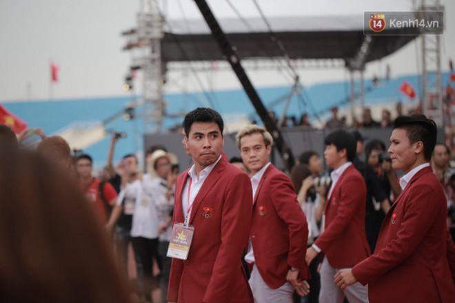 Ảnh: Các cầu thủ Olympic Việt Nam xuống sân Mỹ Đình tham dự lễ vinh danh trong sự reo hò của hàng ngàn người hâm mộ - Ảnh 6.